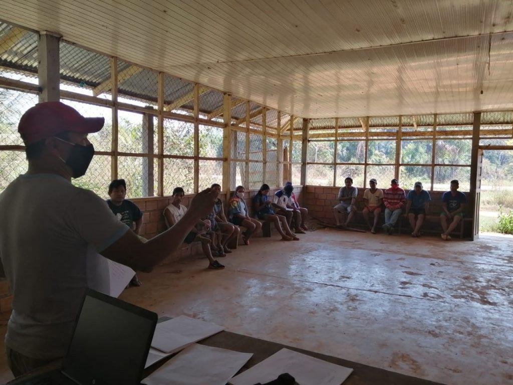 Lápiz, cuaderno y machete en mano, jóvenes, niñas y niños de la Amazonía aprenden buenas prácticas de manejo de bosques